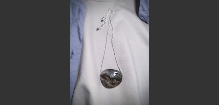 253. Náhrdelník s výrazným minerálem