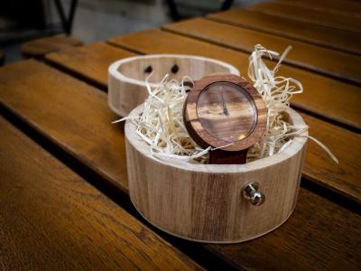 """Dřevěné hodinky, model """"Jalta"""". Vyrobeno z hrušky."""