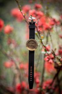 """Dřevěné hodinky, model """"Jalta"""". Vyrobeno z ořechu."""