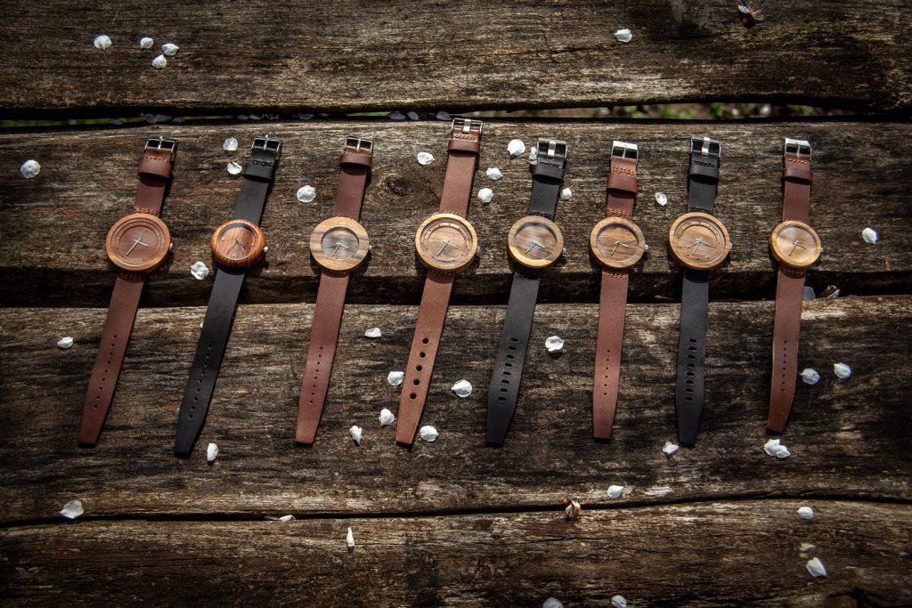 """Dřevěné hodinky, modely """"Excelsior, Jas, Jalta, Alfa,"""". Vyrobeno z hrušky, třešeně, ořechu."""