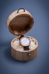 """Dřevěné hodinky, model """"Jalta"""". Vyrobeno z ořechu. V dřevěné krabičce."""