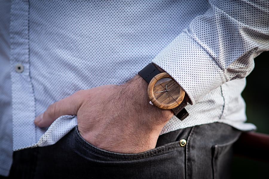 """Dřevěné hodinky, model """"Orania"""". Vyrobeno z ořechu."""