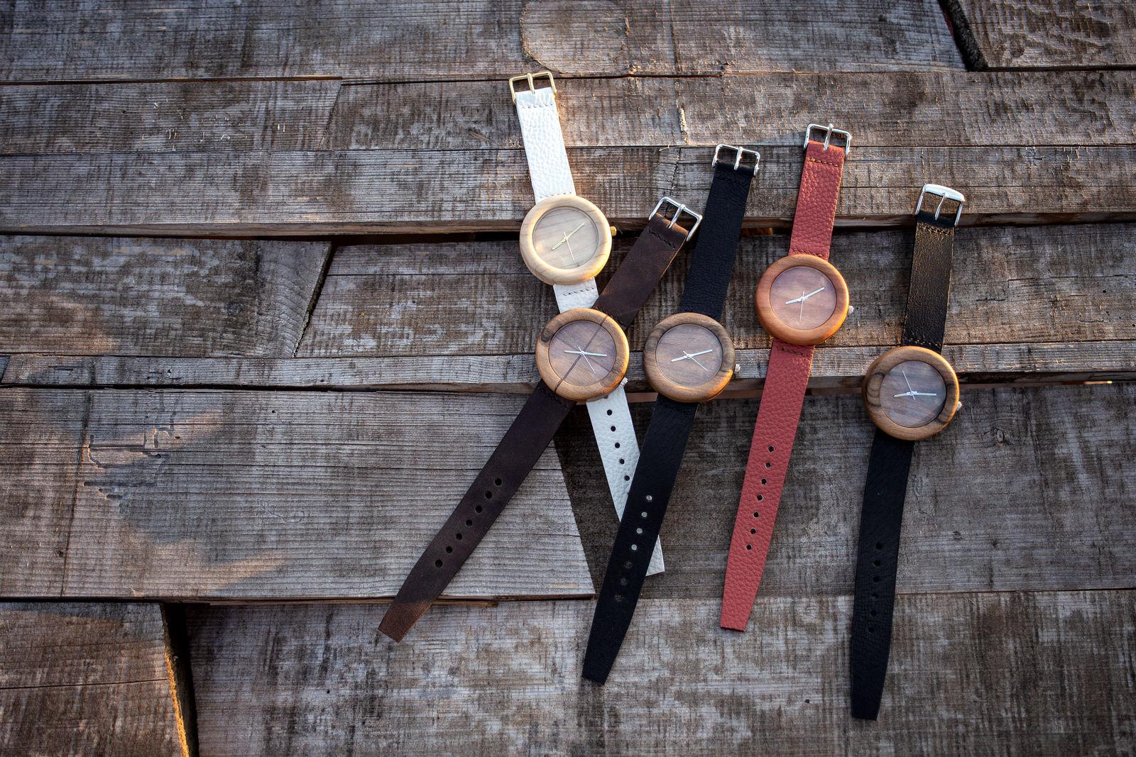 """Dřevěné hodinky, model """"Orania"""". Vyrobeno z túje, ořechu, meruňky."""