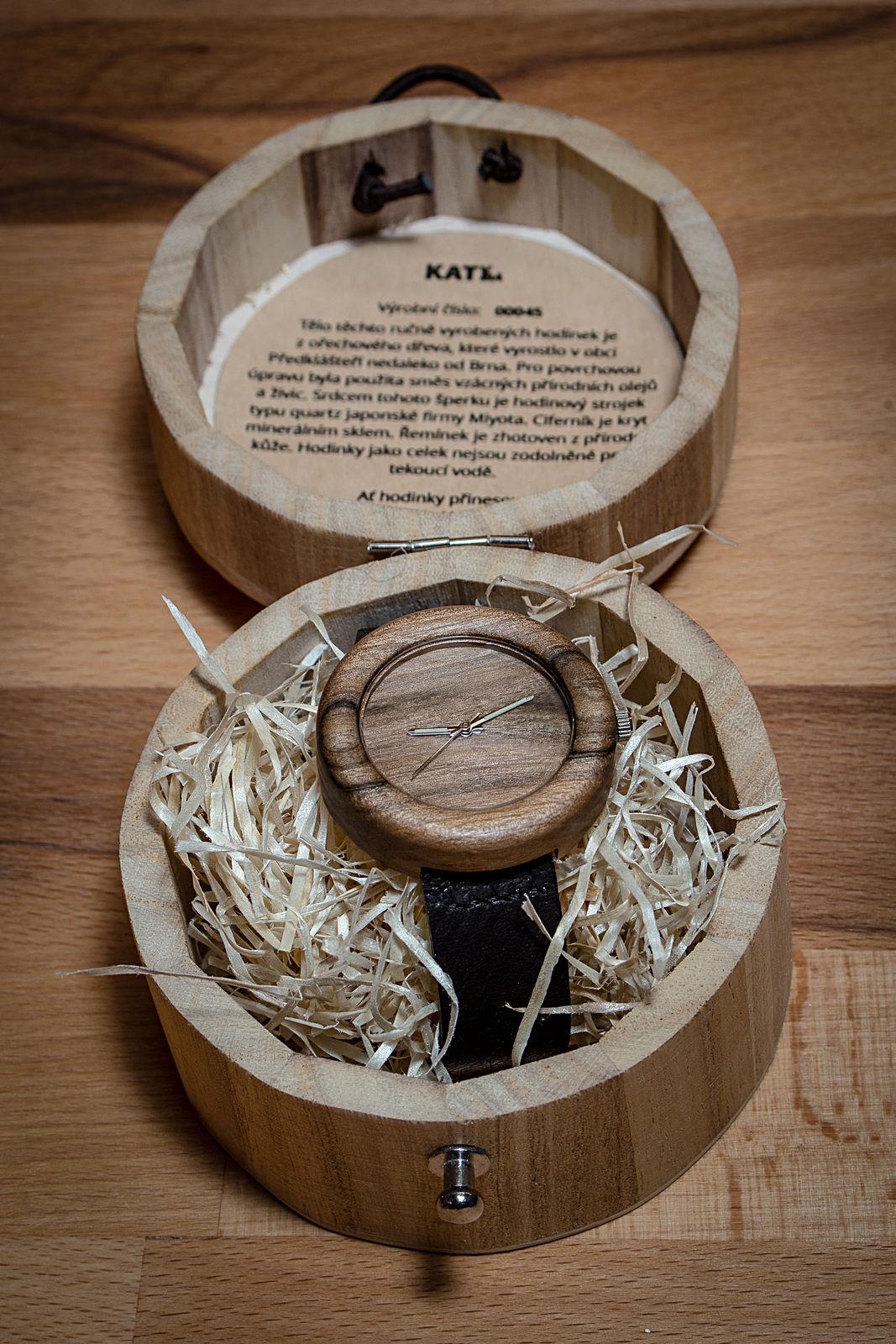 """Dřevěné hodinky, model """"Orania"""". Vyrobeno z ořechu. V dřevěné krabičce."""