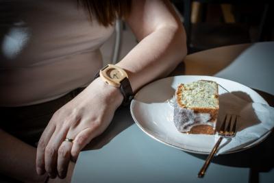 """Dřevěné hodinky, model """"Avia"""". Vyrobeno z jabloně."""