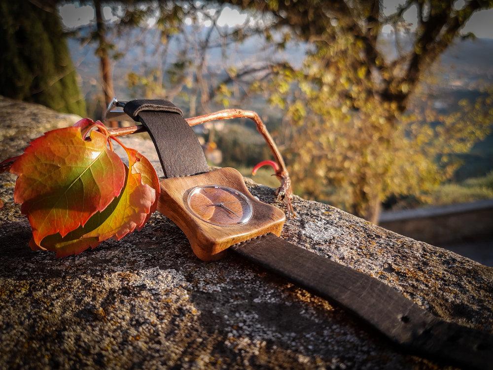 """Dřevěné hodinky, model """"Edison"""". Vyrobeno z ořechu."""