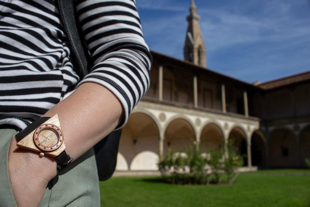 """Dřevěné hodinky, model """"Lucerna"""". Vyrobeno z ořechu."""