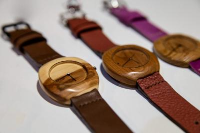 """Dřevěné hodinky, model """"Club"""". Vyrobeno z jabloně, třešně, akátu."""