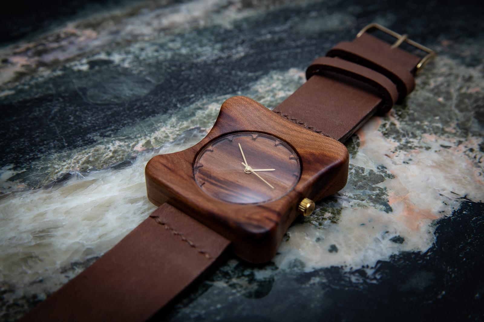 """Dřevěné hodinky, model """"Edison"""". Vyrobeno ze švestky."""