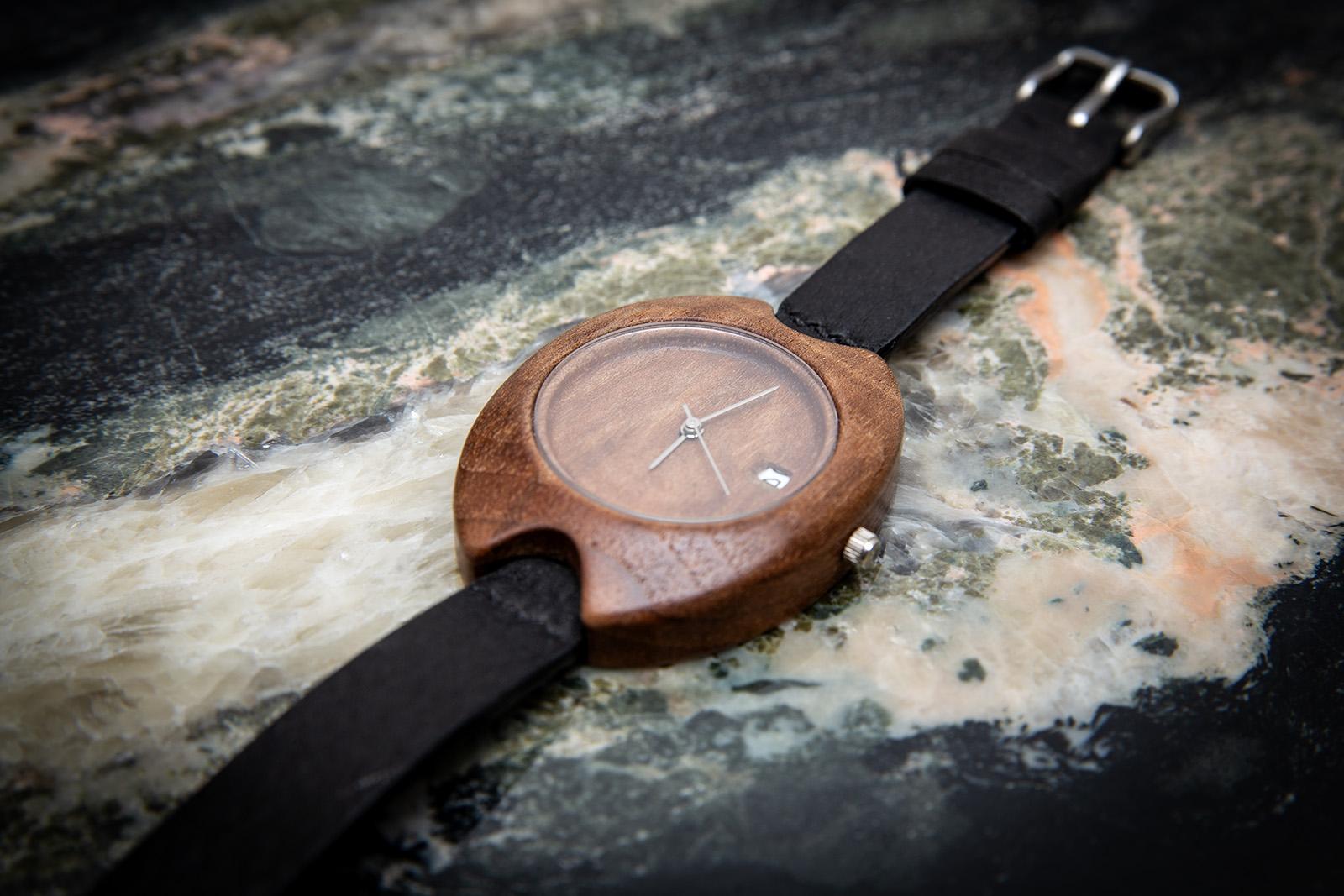 """Dřevěné hodinky, model """"Rio"""". Vyrobeno z ořechu."""