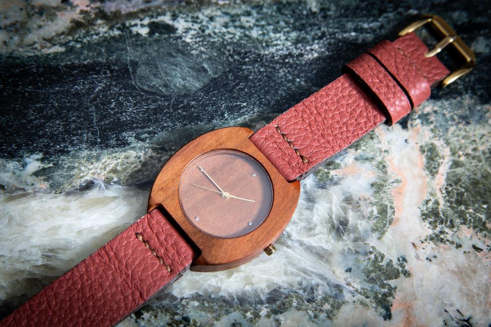 """Dřevěné hodinky, model """"Avia"""". Vyrobeno z hrušky."""