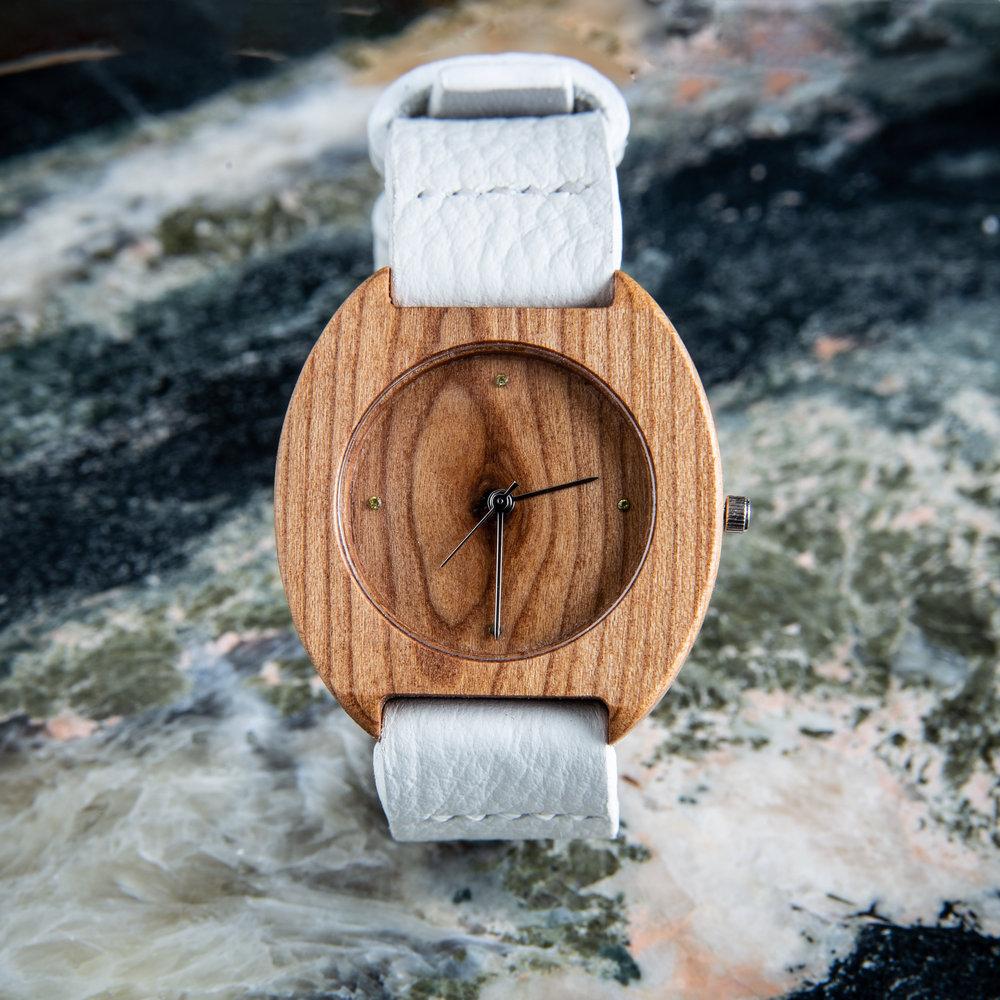 """Dřevěné hodinky, model """"Avia"""". Vyrobeno z třešně."""