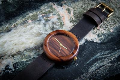 """Dřevěné hodinky, model """"Orania"""". Vyrobeno ze švestky."""