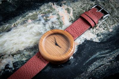 """Dřevěné hodinky, model """"Orania"""". Vyrobeno z třešně."""