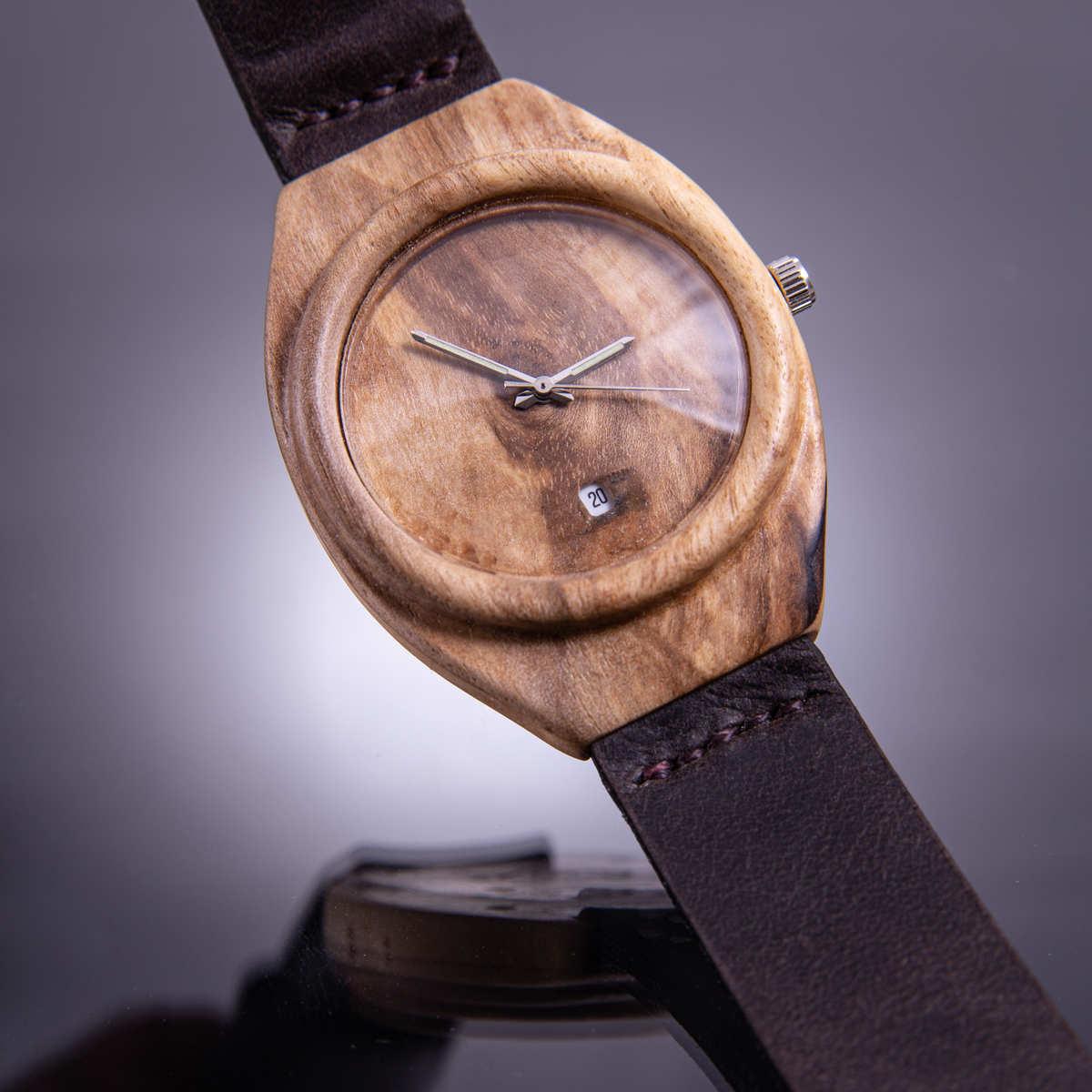 """Dřevěné hodinky model """"Aladin"""". Vyrobené z ořechového a březového dřeva."""