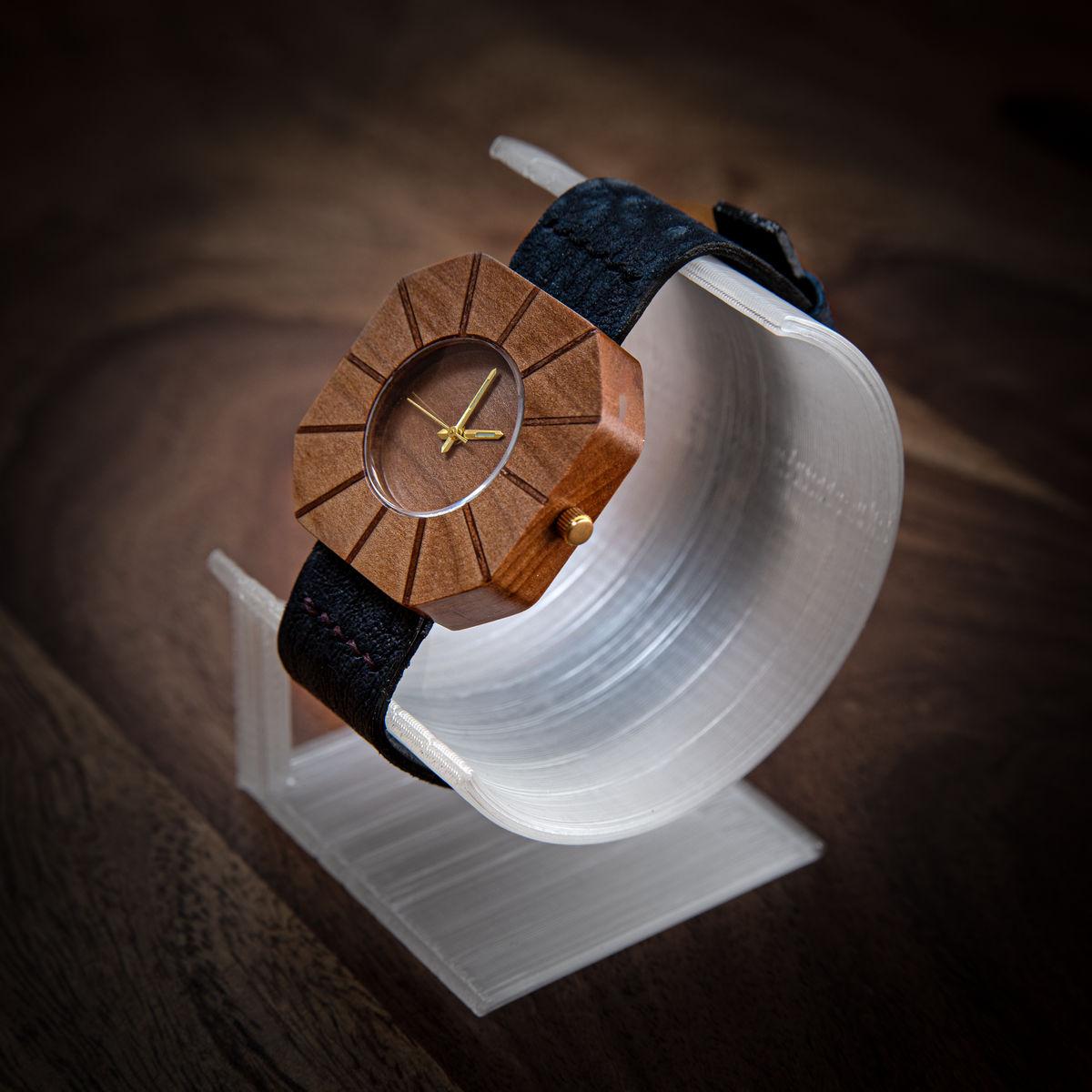 """Dřevěné hodinky, model """"Art"""". Vyrobeno z ořechu."""